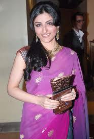 Soha Ali Khan in one side parting hairstyle with pink saree